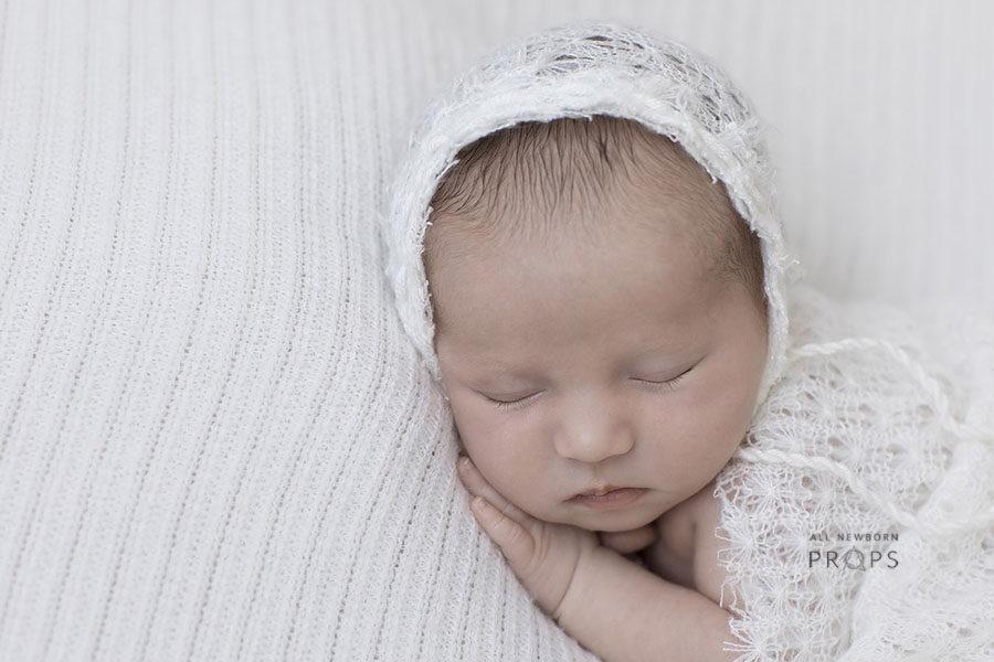 newborn-photography-bonnet-girl-white-knitted-textured-eu