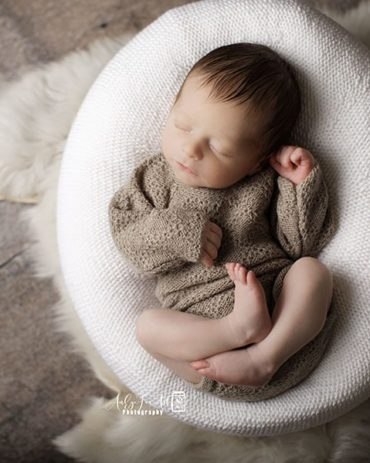 newborn-photography-outfit-boy-romper-knitted-props-neutral-organic-europe
