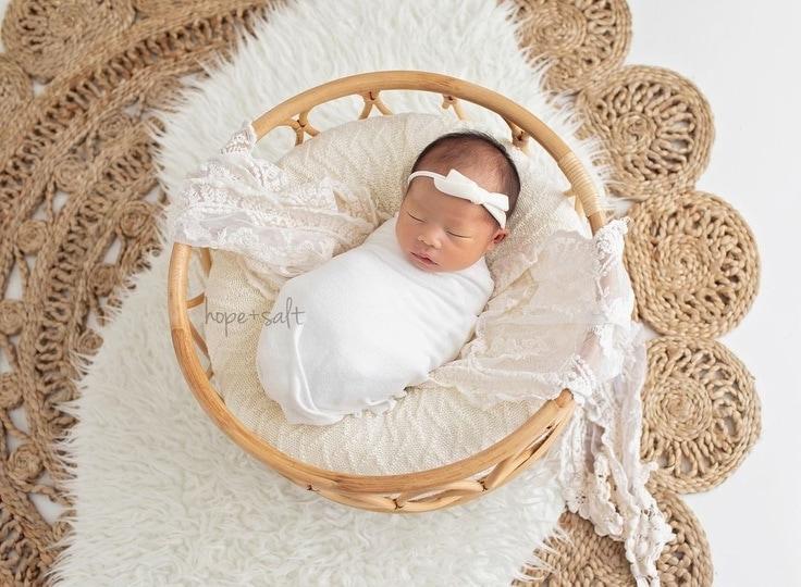 newborn-photography-posing-pillow-girl-white-vintage-europe