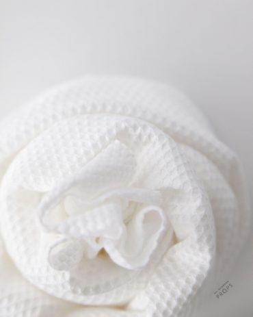 newborn-posing-wrap-white-textured-stretch-europe2