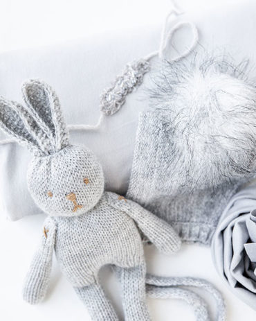 newborn-photo-prop-set-boy-girl-posing-fabric-wrap-hat-bunny-eu
