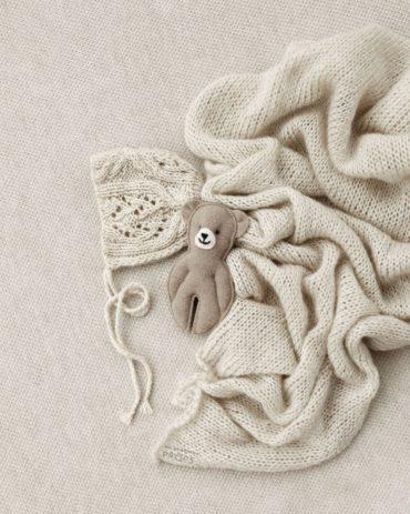newborn-photoshoot-props-set-posing-fabric-wrap-bonnet-teddy-europe