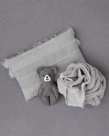 newborn-photography-posing-pillow-boy-props-europe