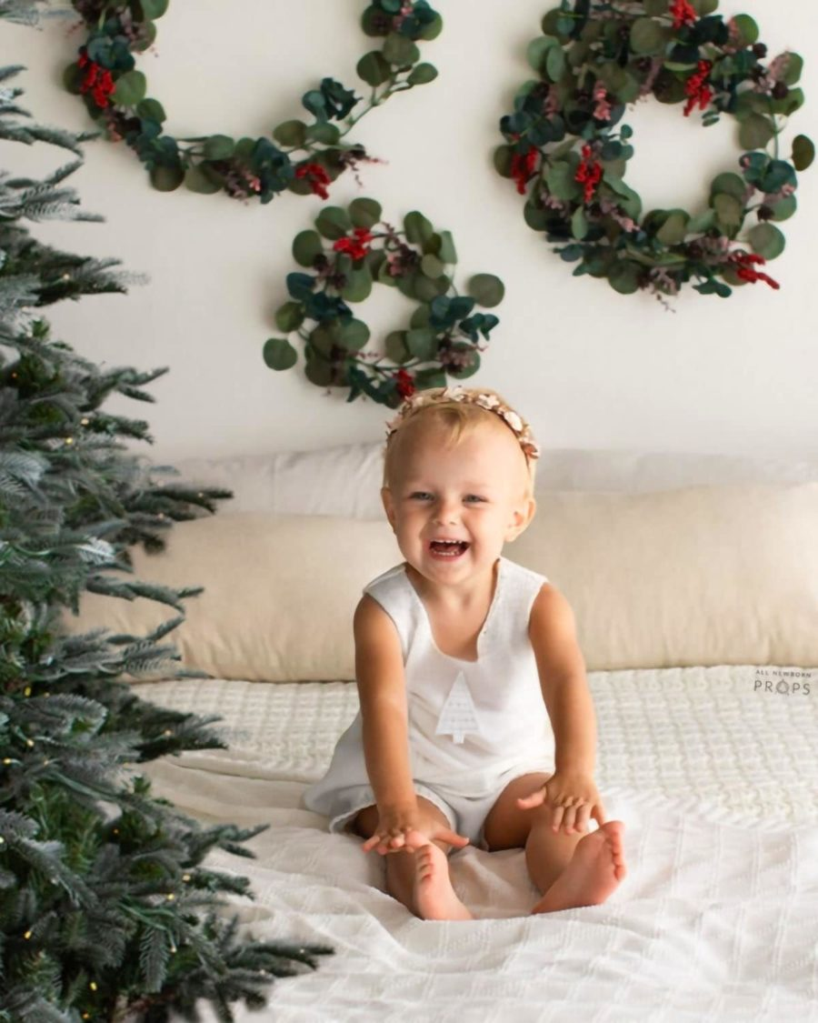 photo-prop-sitter-baby-girl-christmas-white-photography-minis-mini-session-europe